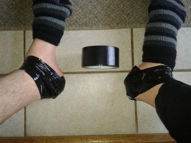Quấn băng dính vào gót chân