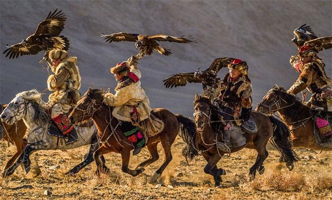Những thí sinh tham dự cuộc thi Lễ hội Đại bàng thường niên tại Bayan-Ölgii aimag, Mông Cổ