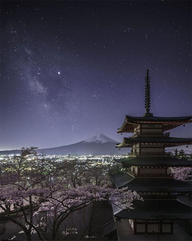 Từ Chùa Chureito, nhiếp ảnh gia Yukihito Ono đã chụp được dải Ngân Hà tuyệt đẹp