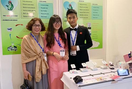 Hải và Lam tại gian hàng trưng bày sáng chế ở triển lãm ITEX.