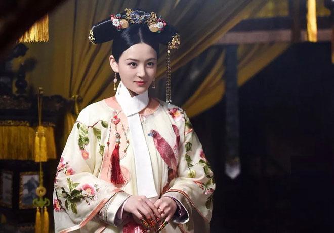 Chiếc khăn quàng cổ màu trắng không kém phần quan trọng trên y phục của Phi tần nhà Thanh.