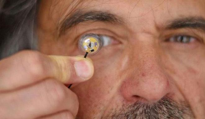 Đây là kính áp tròng đầu tiên có thể tích hợp pin micro dẻo bên trong.