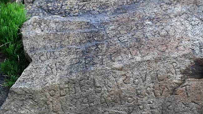 Bí ẩn ký tự lạ trên phiến đá cổ 230 năm tuổi tại Pháp.