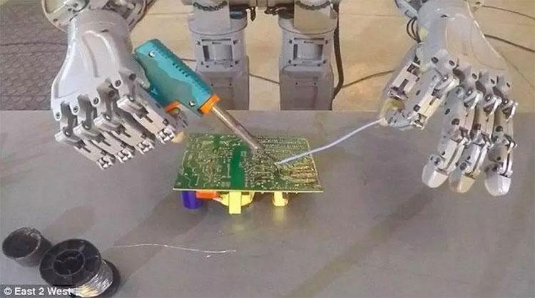 FedOR có khả năng làm việc với sự chính xác cao, có thể hàn các vi mạch điện tử.