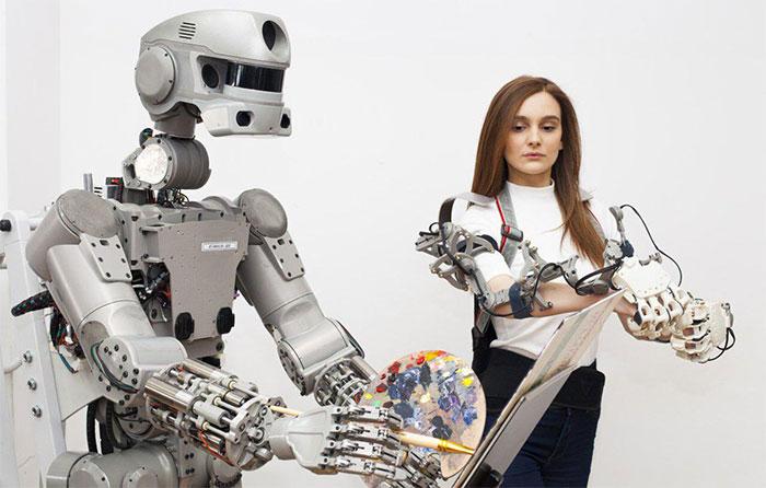 Robot FedOR luyện tập kỹ năng vận động tinh.