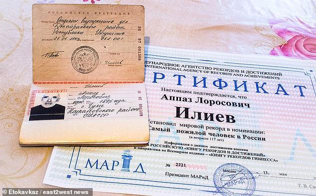 Giấy tờ ghi cụ ông sinh năm 1896, từ thời Sa hoàng Nga.