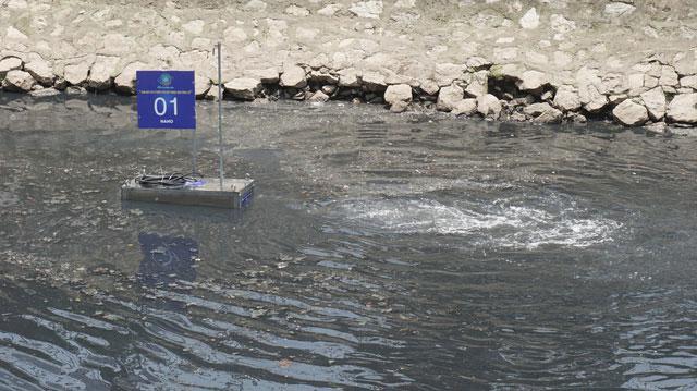 Các máy xử lý chạy bằng năng lượng điện, được đặt chìm dưới lòng sông