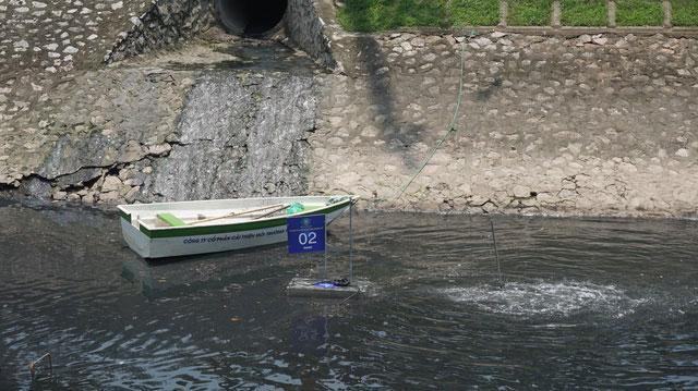 Một chiếc máy xử lý nước đã được đặt ngay trước một cống nước thải và đang bắt đầu hoạt động.