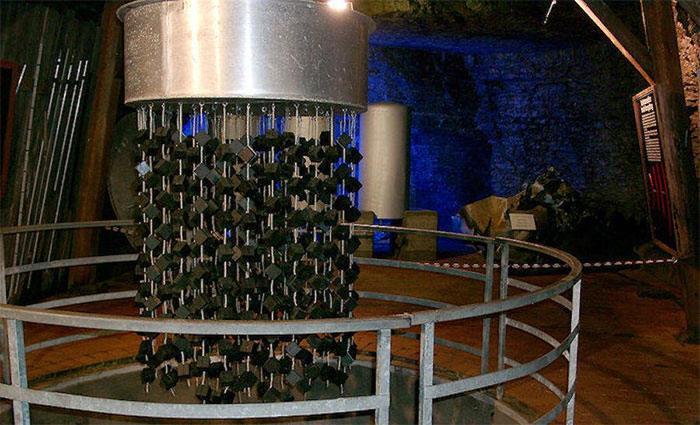 Hàng trăm khối urani được kết thành chùm.
