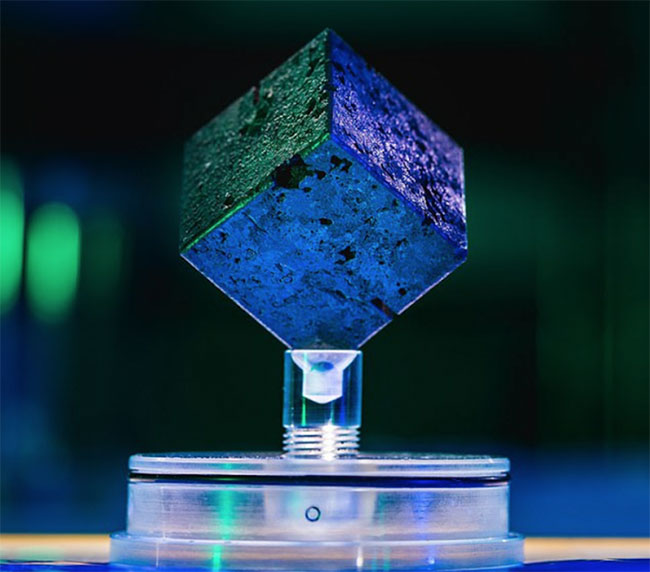 Khối urani hình hộp, mỗi cạnh dài gần 5cm.