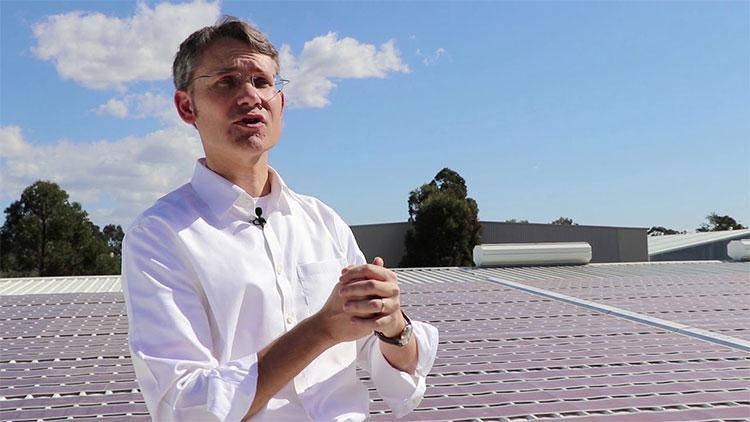 Ông Paul Dastoor cho biết,pin năng lượng mặt trời in bằng phương pháp thông thườngcó độ dày dưới 0,1mm.