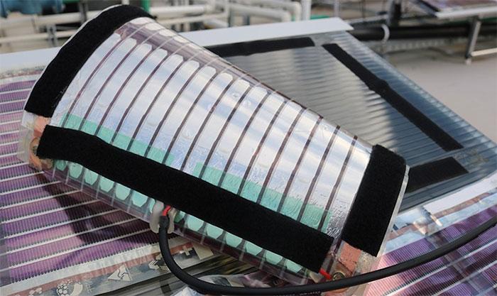 Loại pin năng lượng mặt trời này có trọng lượng rất nhẹ, có thể dùng các loại đinh vít nhỏ để gắn.