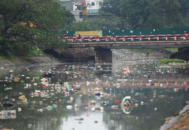 Sông Tô Lịch có chiều dài 14km chảy trong địa phận thủ đô Hà Nội đã bị ô nhiễm trầm trọng.