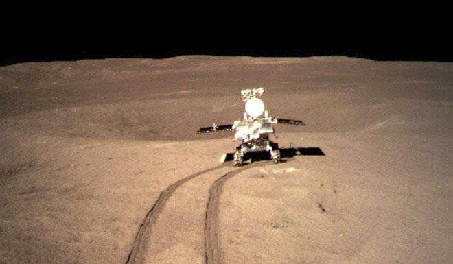 Xe tự hành Yutu (Thỏ Ngọc) đang thực hiện nhiệm vụ trên bề mặt Mặt Trăng.