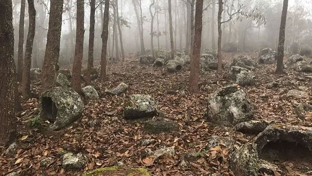 Những chiếc chum đá cổ nghìn năm mới được phát hiện ở Lào.