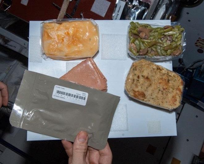 Về cơ bản, việc hâm nóng đồ ăn này thường diễn ra đối với các món đồ hộp, hoặc đựng trong túi vặn.