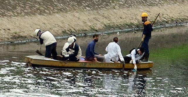 Các chuyên gia độc lập đang lấy mẫu nước sông Tô Lịch đoạn thử nghiệm làm sạch bằng công nghệ Nhật để xét nghiệm.