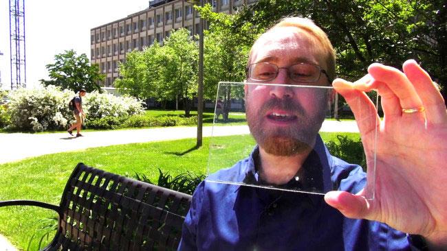 """TS. Richard Royal Lunt và tấm pin mặt trời """"vô hình"""" trên sân cỏ phía trước Đại học MSU."""