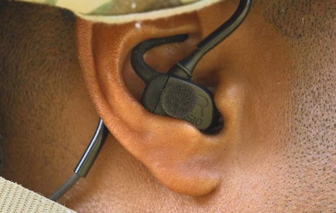 Tai nghe sử dụng các micro nhỏ đặt ở bên trong và ngoài ống tai của người lính.