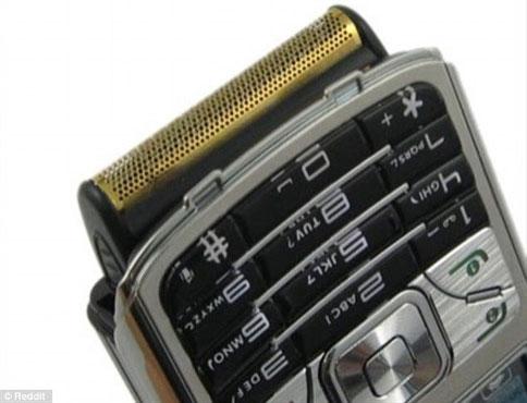 Vừa nghe điện thoại vừa cạo râu thật tiện dụng.