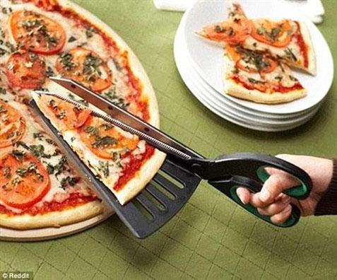 Vì sao lại phải cần đề cắt pizza khi bạn có thể dùng kéo... và một vỉ cắt.