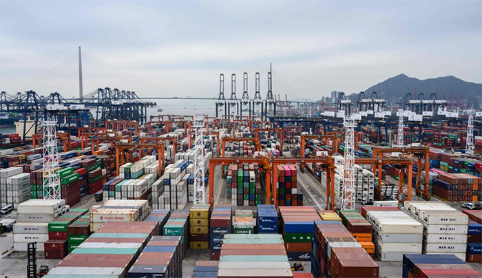 Tàu hàng cập cảng Rotterdam tại Hà Lan