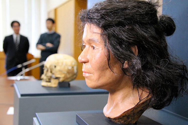 Bức tượng mô tả khuôn mặc người đàn bà thợ săn