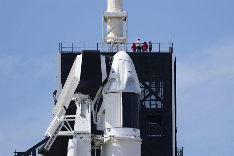 Tên lửa đẩy Falcon 9 của SpaceX và tàu vũ trụ Dragon tại Trung tâm không gian Kennedy ở Florida, Mỹ.