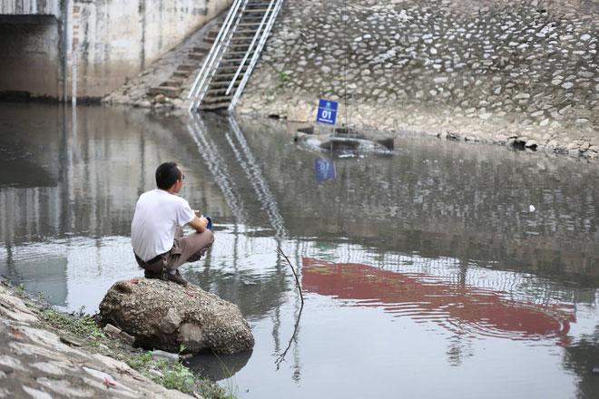 Nhìn màu sắc nước sông thì khó phân biệt, nhưng cảm nhận sông bớt hôi thối hơn hẳn