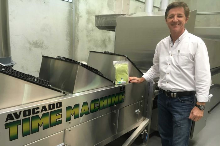 Kỹ sư nông nghiệp Jeff Hastings với chiếc máy mà ông đã phát triển để ngăn bơ chuyển sang màu nâu.