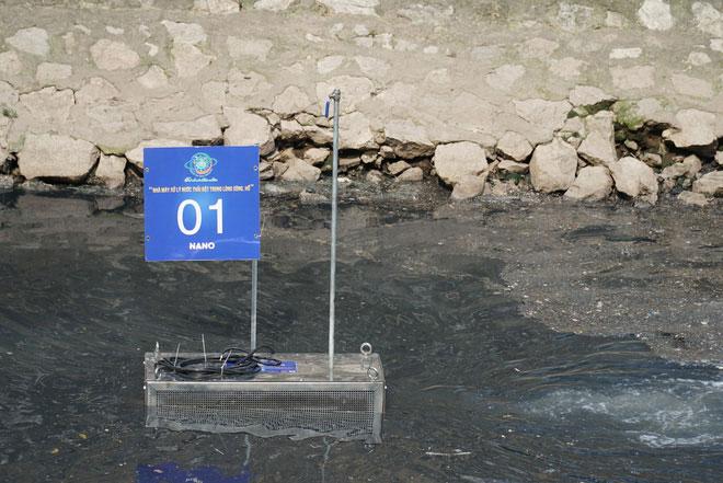 Các thiết bị đặt dưới lòng sông được đánh số thứ tự, xung quanh sủi bọt khí.