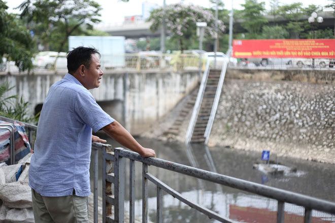 Anh Nam, sinh sống gần sông Tô Lịch cho biết: Hiện tại mùi hôi thối tại sông đã giảm thiểu rõ rệt
