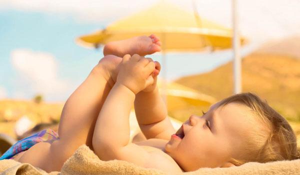 Trên thế giới không có những khuyến cáo tắm nắng hay phơi nắng cho trẻ.