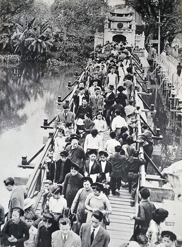 Bức ảnh này cho thấy có thời điểm hồ Hoàn Kiếm (Hà Nội) có tới hai chiếc cầu dẫn vào đền Ngọc Sơn.