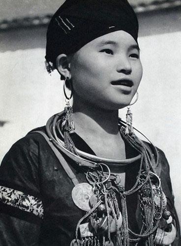 Một cô gái thuộc gia đình quý tộc người H'Mông ở miền núi phía Bắc.