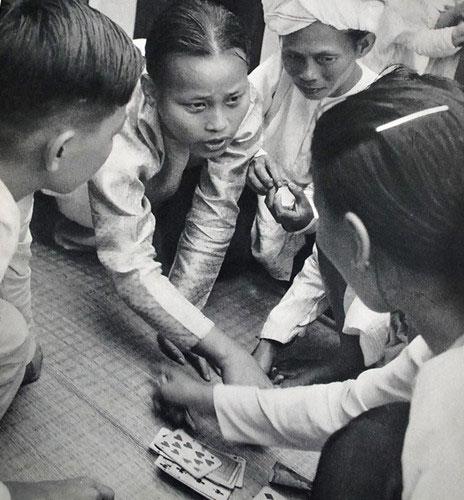 Chiếu bạc ven đường. Các bộ bài Tây đã du nhập vào Việt Nam từ nước Pháp.