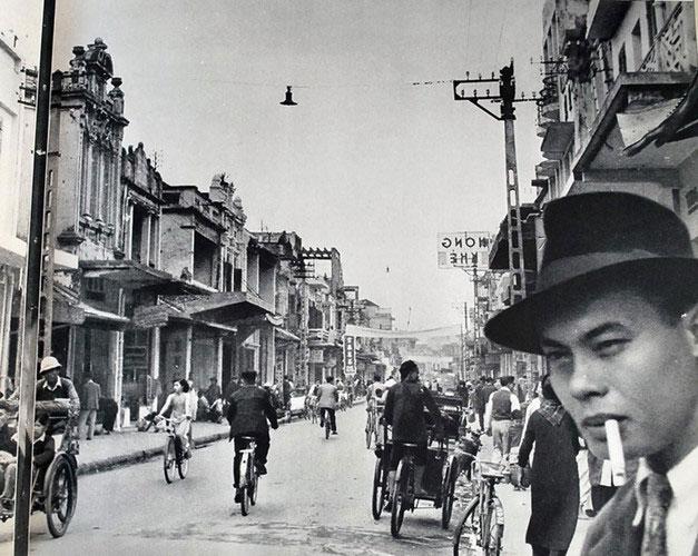 Vẻ nhộn nhịp trên đường phố Hà Nội, Việt Nam thời thuộc địa.