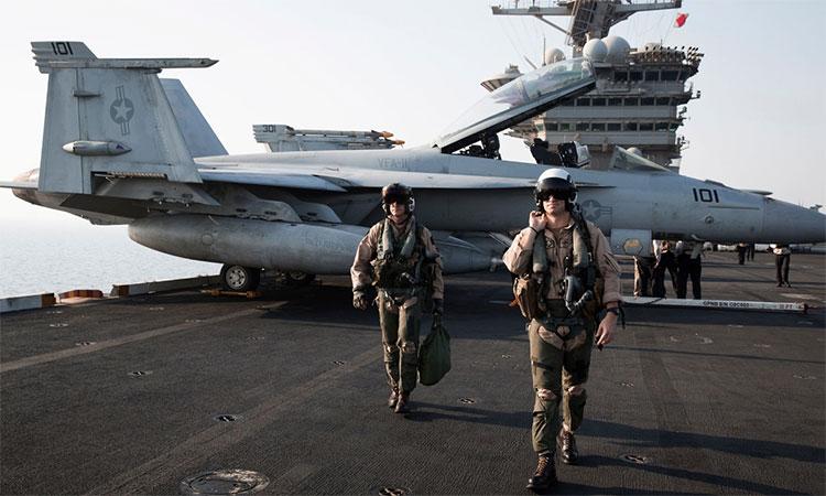 Phi công hải quân Mỹ trên tàu sân bay Theodore Roosevelt năm 2015.