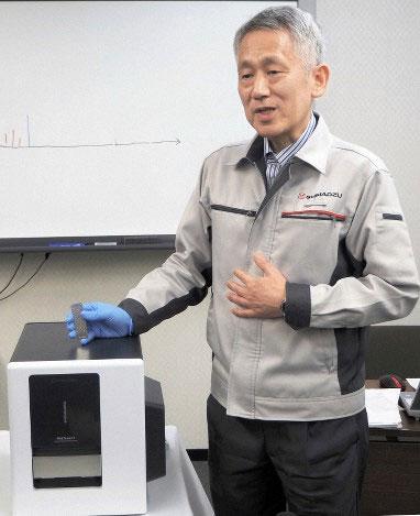 Ông Koichi Tanaka tại buổi họp báo giới thiệu máy MALDImini-1 - khối phổ kế nhỏ nhất thế giới
