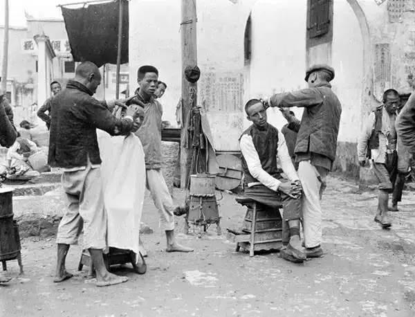 Hàng cắt tóc dạo trên đường phố Hồ Bắc năm 1917.