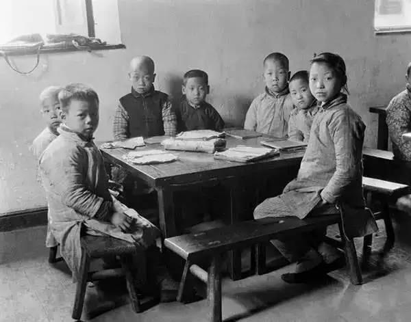 Những em bé Trung Quốc tại một lớp học tư nhân ở Hàng Châu.