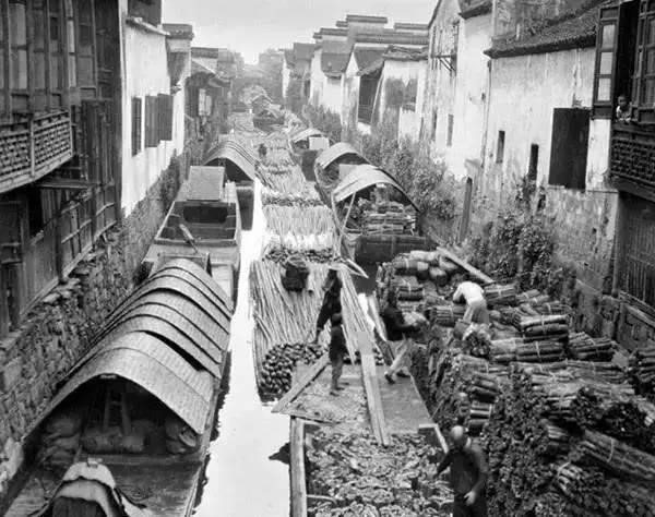 Quảng cảnh thuyền bè chở gỗ tấp nập tại sông Đại Vận Hàng Châu.