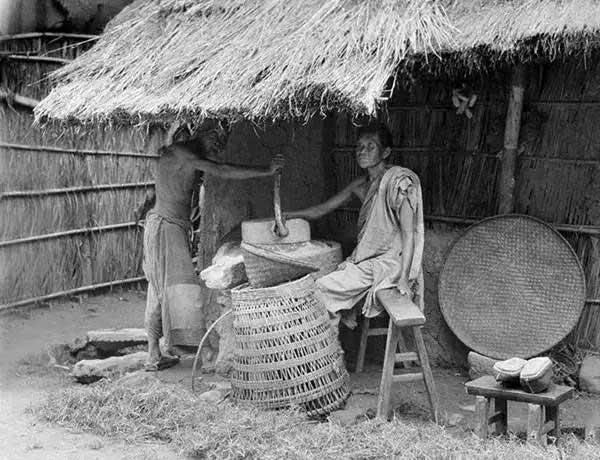 Hai người đàn ông Trung Quốc đang dùng cối xay đá thủ công tại Tứ Xuyên năm 1917