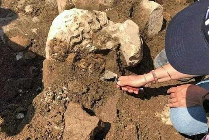 Các nhà khảo cổ đang lấy chiếc đầu cẩm thạch ra khỏi bức tường nhốt nó suốt nhiều thế kỷ