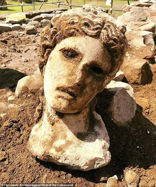 Cận cảnh chiếc đầu cẩm thạch của thần Dionysus