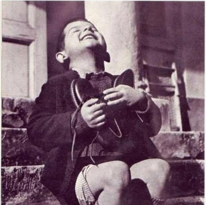 Khoảnh khắc ngập tràn hạnh phúc khi cậu bé mồ côi nhận được đôi giày mới, năm 1944.