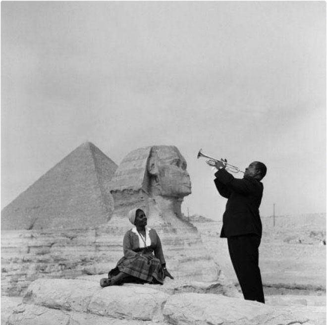 Nghệ sĩ trumpet Louis Armstrong tấu một bản nhạc cho vợ mình ở kim tự tháp Giza, Ai Cập.