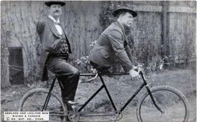 Hai người bạn trên chiếc xe đạp đôi, khoảng những năm 1890.