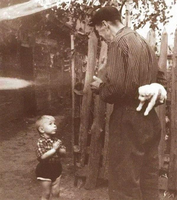 Năm 1929, một cậu bé hồi hộp mong chờ món quà sinh nhật của mình - một chú cún!