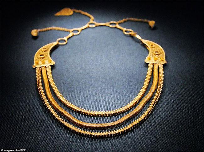 Chiếc vòng cổ 800 năm tuổi mà trông vẫn như mới.
